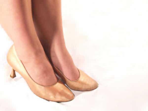 inchaco edema nos pes e tornozelos