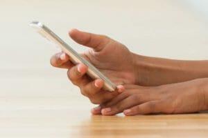 'Text neck' (dor cervical pelo smartphone) pode prejudicar sua coluna