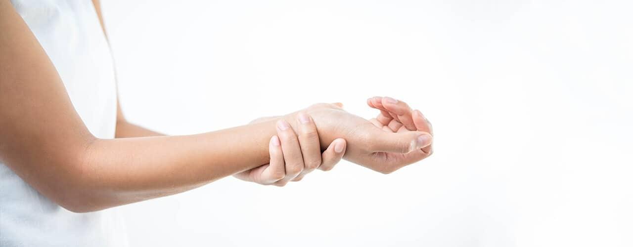 Causar e raynaud pode dormência perna dor na